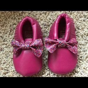 Other - HANDPAINTED custom baby/toddler bow moccasins